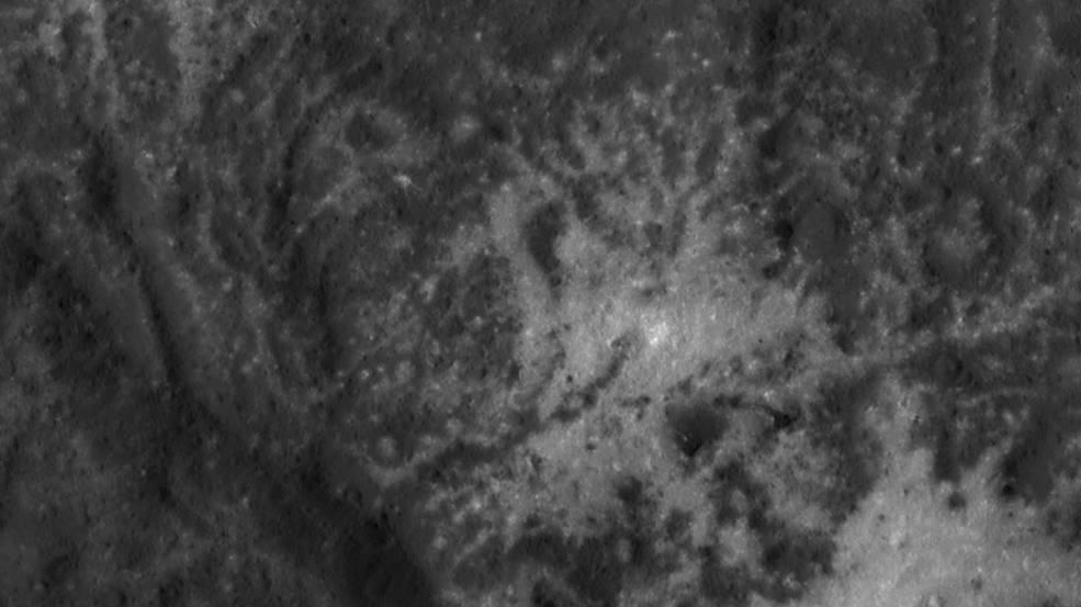 Dawn vola basso sul Cratere di Occator