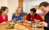 I pasti in famiglia aiutano gli adolescenti