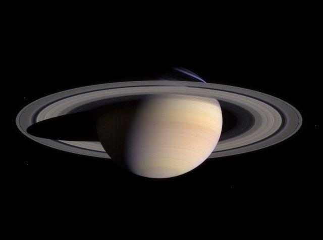 Il bizzarro campo magnetico di Saturno