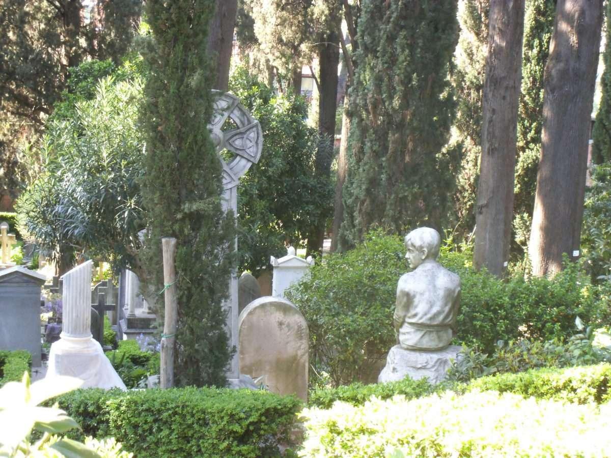 Il Cimitero Acattolico di Roma: un viaggio nel passato tra nomi illustri e spettacolari opere d'arte