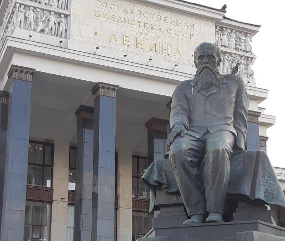 La statua di Dostoevskij davanti alla biblioteca Lenin