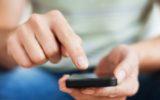 Sottrarre il cellulare al partner per leggere gli sms è reato di rapina