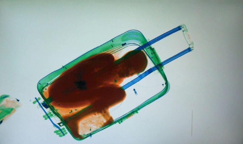 Tenta di entrare in Svizzera nascosto in una valigia ma ...