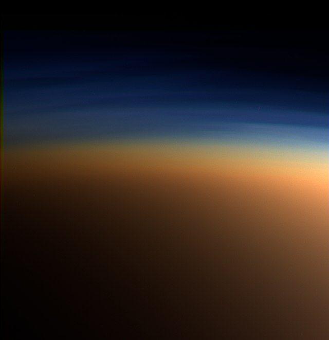 Titano e la sua atmosfera all'infrarosso