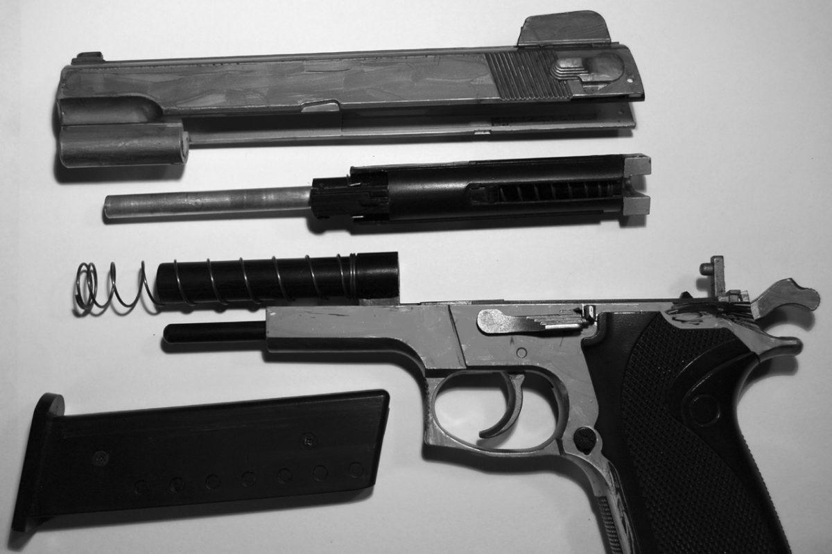"""Toys""""R""""Us ritira dai negozi in Francia le armi giocattolo troppo fedeli alla realtà"""
