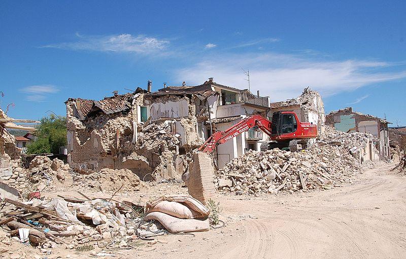 Uno studio sismologico rivede il ruolo della struttura geologica sullo scuotimento di Onna