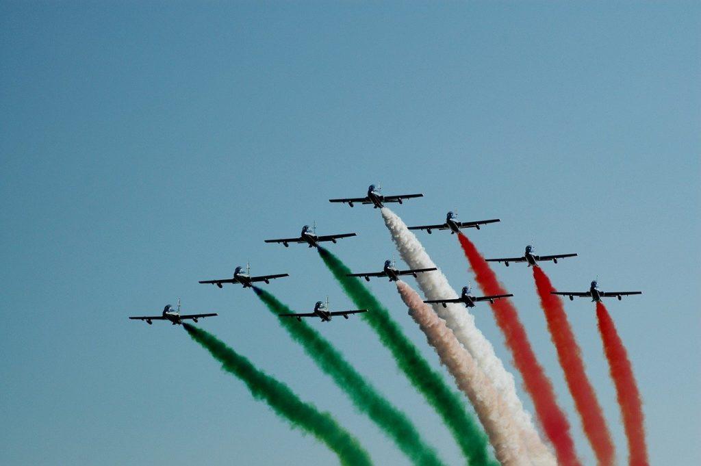Frecce tricolori in volo sull'Italia