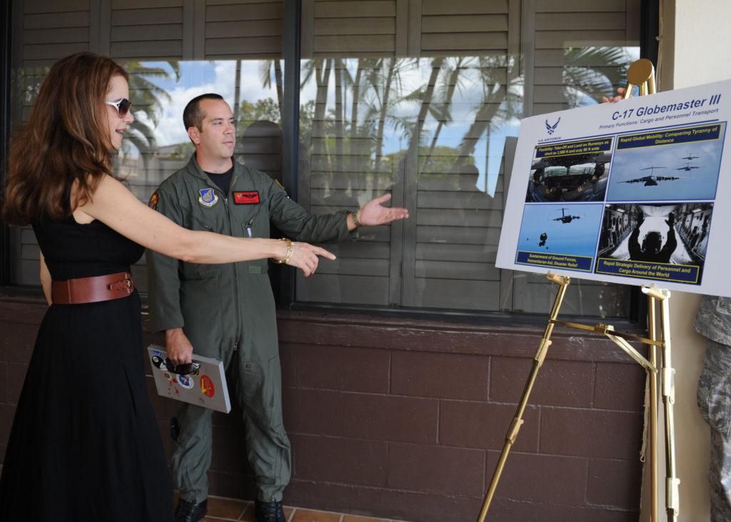 Kelly Preston in visita a Hickam