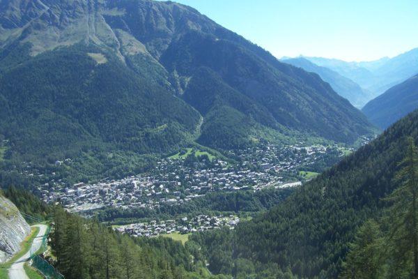 L'evacuazione dei turisti e il grosso ghiacciaio in bilico a Courmayeur