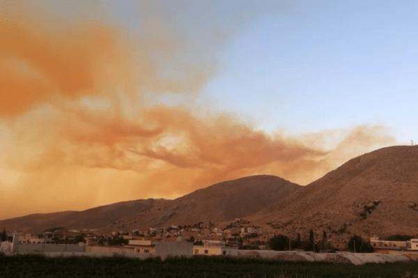 La colonna di fumo dell'esplosione a Beirut dal confine col Libano