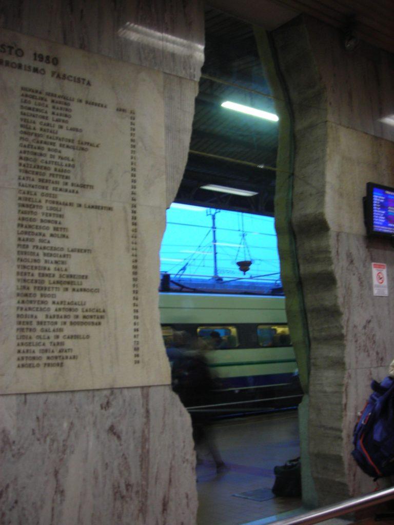 L'anniversario della strage di Bologna: la lapide con i nomi delle vittime