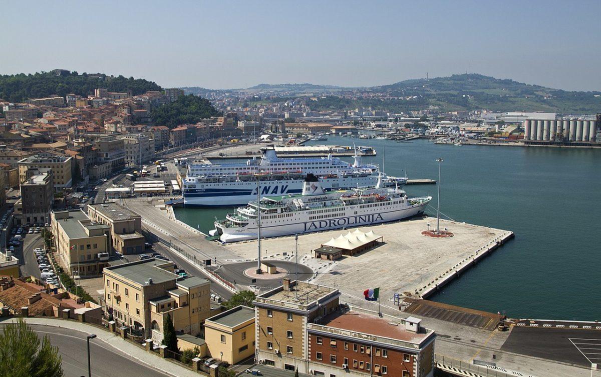 grande incendio al porto di Ancona