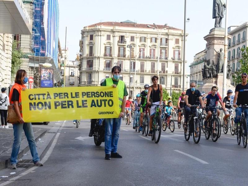I volontari di Greenpeace trasformano le strade delle città italiane