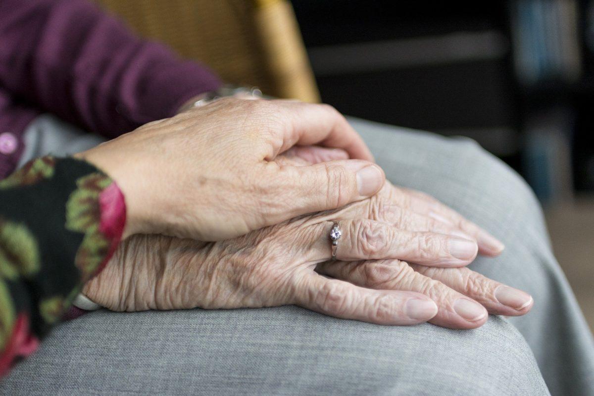 La cura dell'anziano: difficoltà e soluzioni