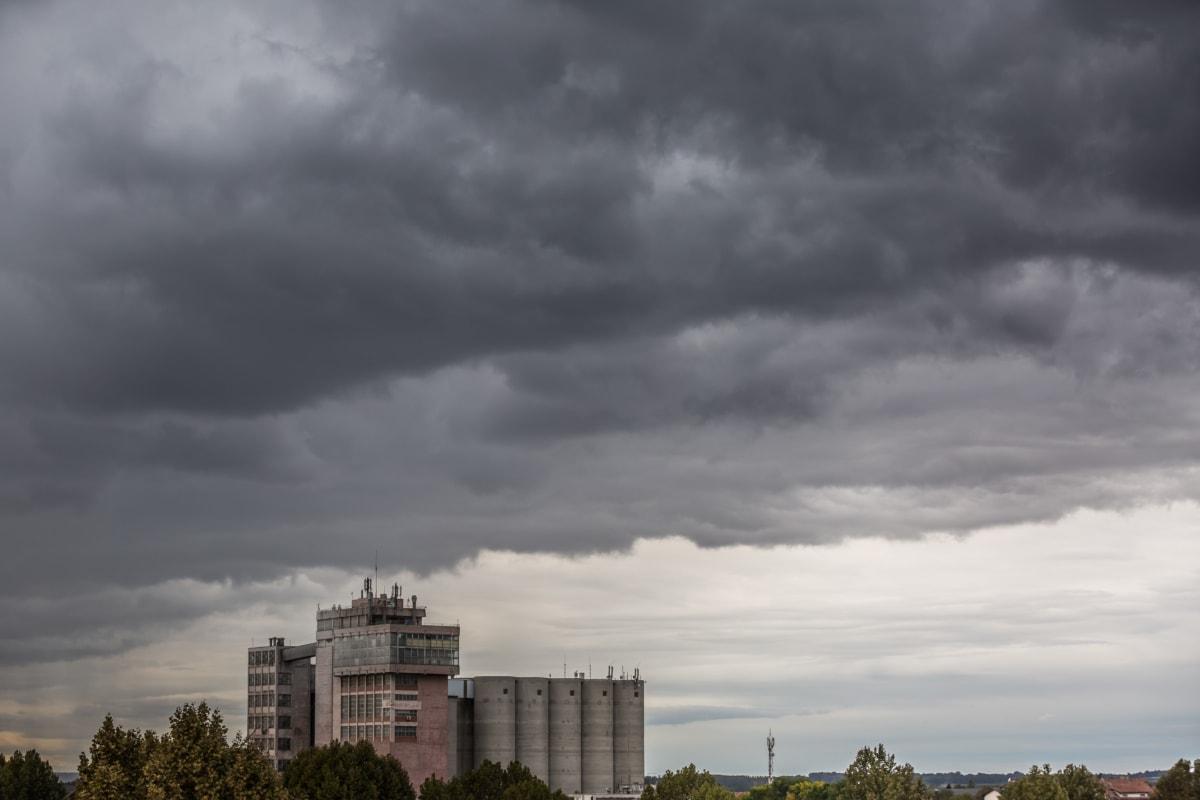 Italia divisa tra forte maltempo e caldo anomalo