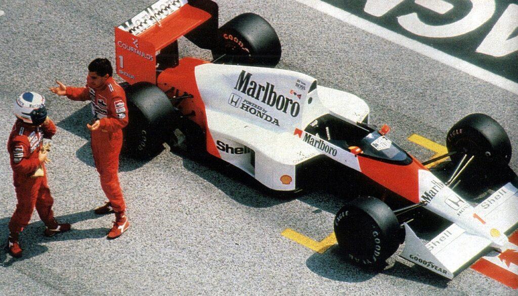 Senna appena sceso dalla sua McLaren discute con Prost al termine del Gran Premio di San Marino 1989